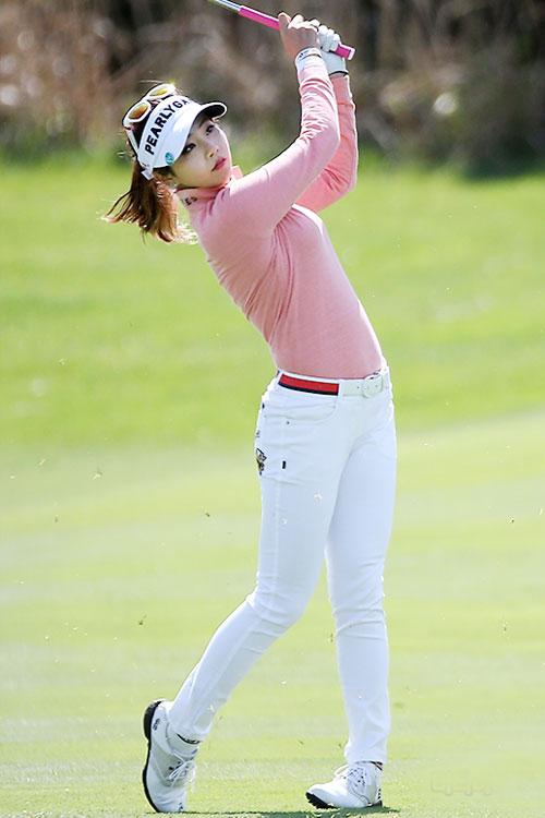 """【ゴルフ】韓国一 """"セクシーな美人ゴルファー"""" アン・シネ、日本メディアも注目©2ch.netYouTube動画>21本 ->画像>312枚"""
